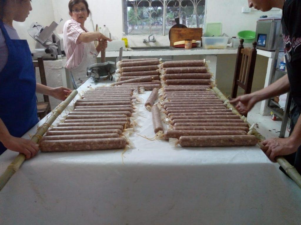 Zaira ,Carla y Germán (el hijo de Verónica) contando de a 20 salames, para colgar