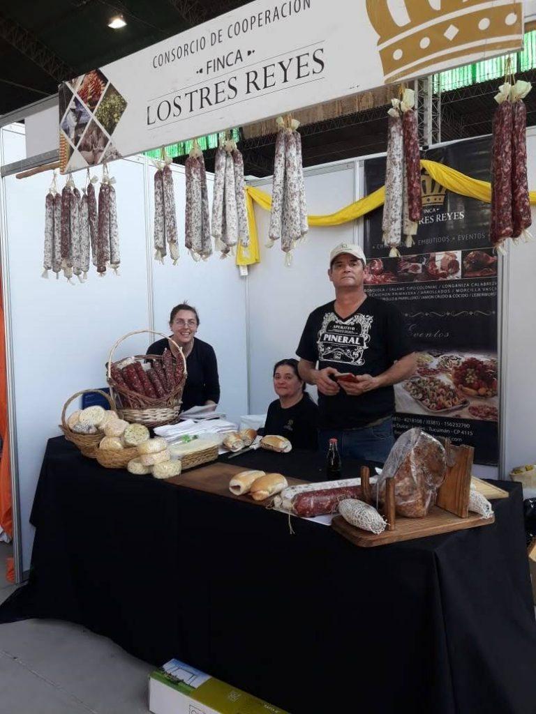 Gladis, Verónica y su marido, Rubén, en la Expo Lules, con sus productos.