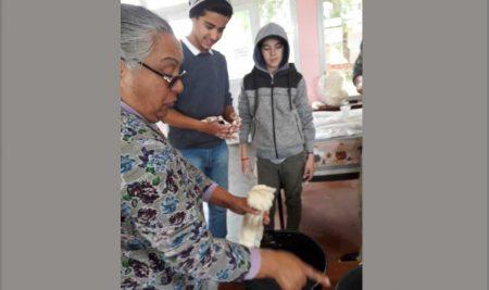 Mujeres de AMRU Rocha comparten conocimientos con jóvenes estudiantes